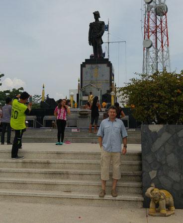 Radio Station auf den Prathamnack Hügel mit Statute des Gründers der thail. Marine, vorne der Autor