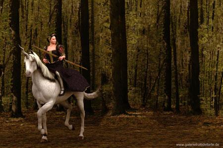 Das Mädchen mit dem Perlenohrring auf Pferd mit Bogen, im Wald