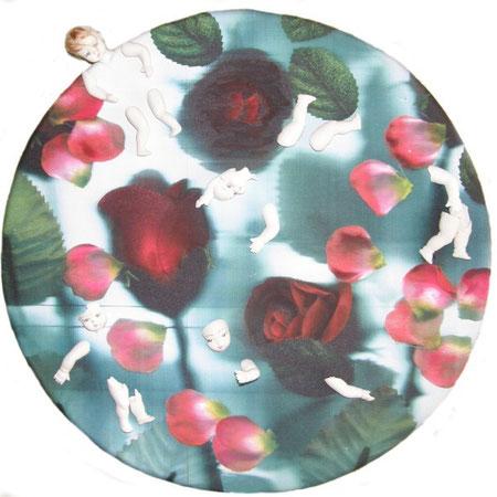 Titolo : gaio laghetto fiorito del giardino segreto delle bambole rotte  Dimensioni : diametro 60  tecnica: scanner puro – olio  – frammenti di bambole di gesso  su canvas  anno . 2008