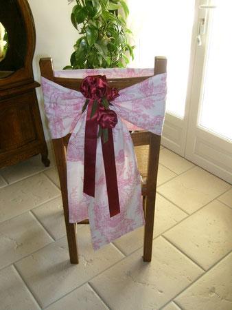habillage de chaise bande de tissus toile de jouy et fleurs fabriquées artisanalement en satin bordeau. devis sur demande