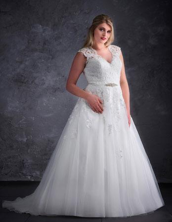 Brautkleid München Spitze Alinie Google Empfehlung Brautkleidanprobe Tres Chic myLovely Brautmoden Hochzeit Designer rückenfrei Tattoospitze