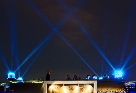 Moon-Bar: leckere gegrillte Langustenschwänze bei Laserlichtspiel