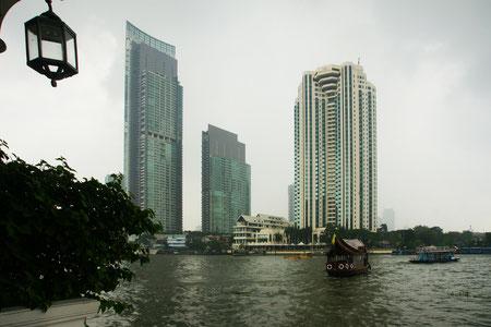 Skyline von Bangkok im Regen