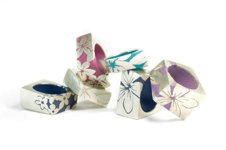 Ringe eckig, Silber und Kunstharz, Blumenmotiv negativ, unterschiedliche Breiten