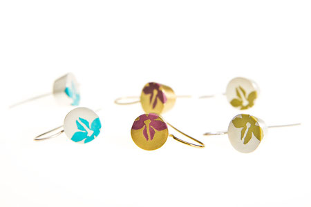 Ohrringe rund, Silber und Kunstharz, zum Teil vergoldet