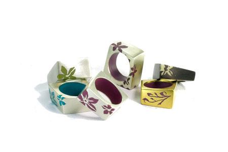 Ringe eckig, Silber und Kunstharz, Blumenmotiv positiv, unterschiedliche Breiten und Formen