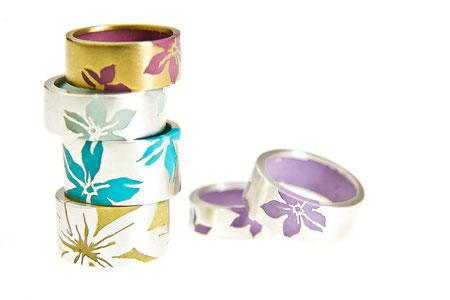 Ringe rund, Silber und Kunstharz, unterschiedliche Blumenmotive und Breiten