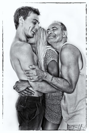 A musical trio hug © OBS