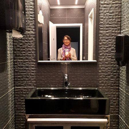 Damen- Toilette mit Designfliese