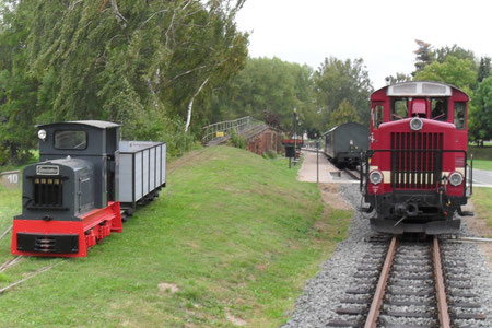 Personenzug aus Mügeln in Glossen beim Umsetzen. Daneben steht eine Gmeinder 10/12 der Feld- und Kleinbahnfreunde Saalekreis welche hier nach der Aufarbeitung ihre Probefahrten hatte. (c) Stefan von Nauendorf, 29.09.2009.