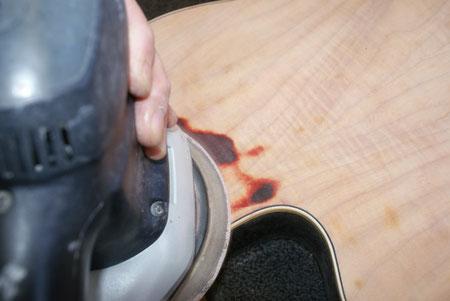 Der Korpus wird entlackt und geschliffen. Man muss sehr vorsichtig sein, da es sich um laminiertes material handelt.