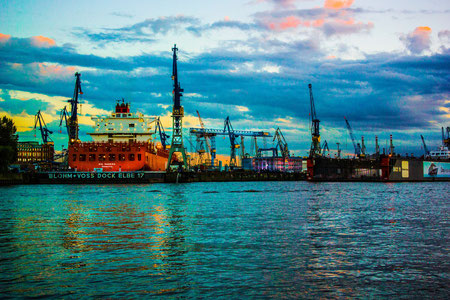 Hamburg Hafen Altona Landungsbrücken Werft