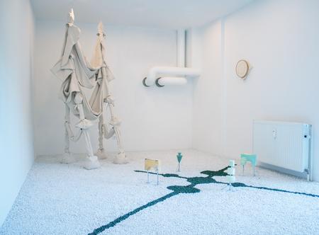 Britta Frechen_My Studio is my castle_ortsbezogene Installation_div. Elemente_Holz, Stoff, Sand, Beton, Aluminium, Marmorsplitt, Pigment, Seidengarn_Fläche 800 x 400 cm_2018