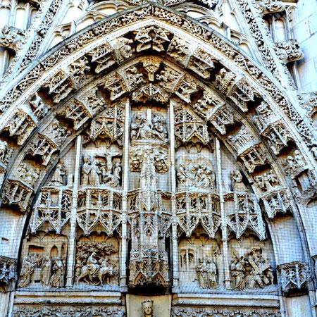 Le tympan entièrement sculpté par les frères Duthoit
