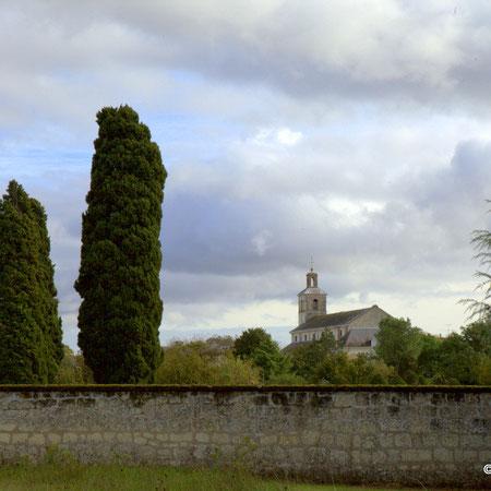 Toussaint et la Commémoration des fidèles défunts. Eglise et mur du cimetière de Chouzé-sur-Loire