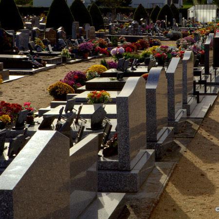 Toussaint et la Commémoration des fidèles défunts. Cimetière de Chouzé-sur-Loire
