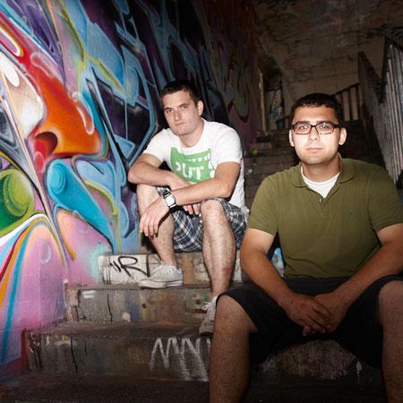 zwei Freunde an einer Graffitti Wand in Mainz
