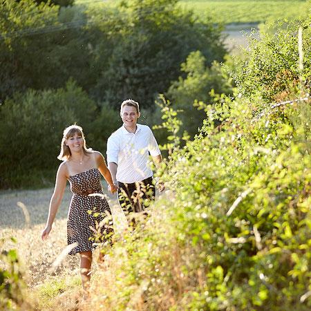Paar auf einem Feld am Rhein
