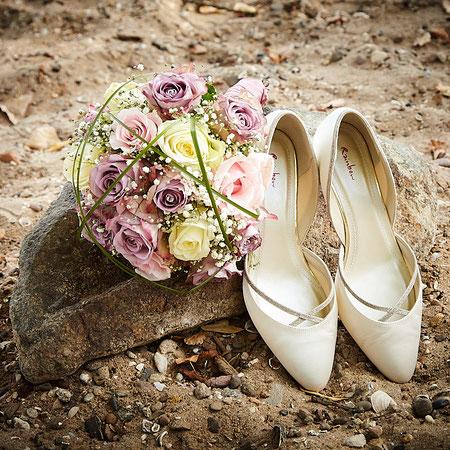 Stilleben Brautschuhe und Brautstrauß auf einem Stein