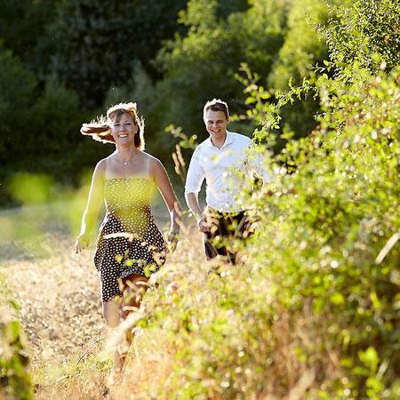 Paar läuft über eine Wiese im Rheingau