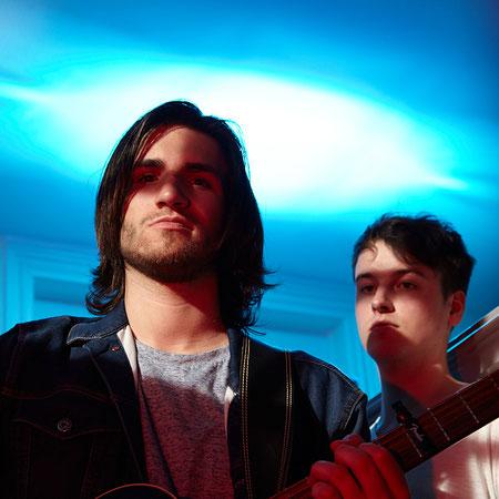 zwei Musiker mit blauem Hintergrund