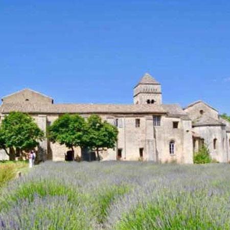 Hochzeit: Provence Wedding: Lavendel- und Rosmarinduft, französische Küche bei traumhaften Wetter in einem weitläufigen Landgut mit alten Steinmauern. Hier braucht es wenig Deko und Chi Chi, da die Location und das Ambiente für sich steht. Vive l'amour!
