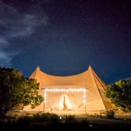 Hochzeitsplanung: TIPI-Hochzeit: Zentrales Element ist selbstverständlich das Zelt als Highlight, das entweder ein echtes Tipi Zelt oder auch ein Stretchzelt sein kann. Der Stil bzw. die Dekoration hat viele Parallelen zur Boho Hochzeit.