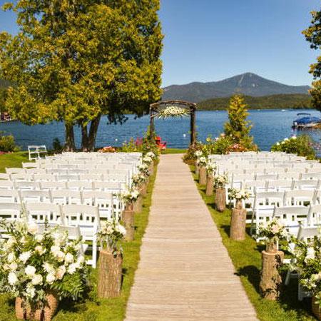 Hochzeit am See: An einem See zu heiraten ist etwas ganz Romantisches und präsentiert eine freie Trauung perfekt & einzigartig. Auch hier sind Kombinationen wie z.B. eine Vintage-See-Hochzeit oder eine Blumenhochzeit mit einer üppigen Traubogen-Deko mögli