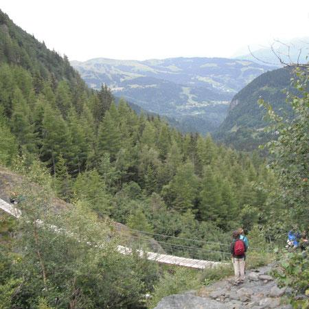 Relativ stabile Hängebrücke über einen Gletscherbach