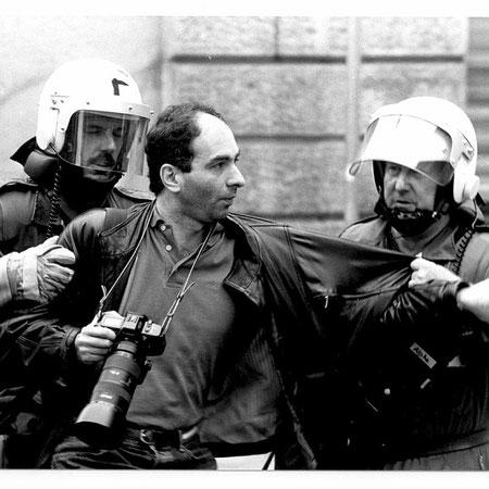Zeugen unerwünscht: Behinderung und Festnahme eines Pressefotografen durch die Polizei anlässlich der Räumung der besetzten Häuser an der Bäckerstrasse in Zürich. 20/04/1992.