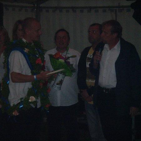 Frank Olschofski übergibt den Wanderpokal