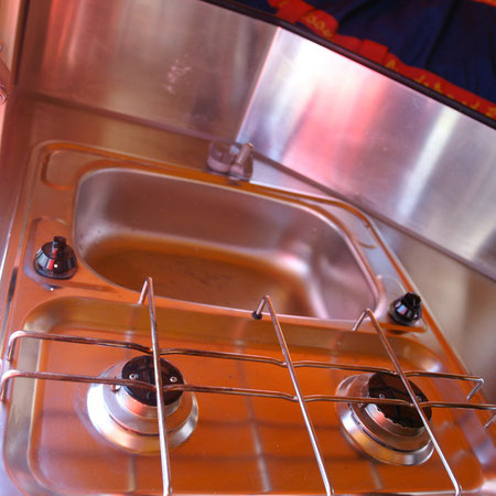 évier inox (réserve d'eau usée dessous) et 2 feux gaz