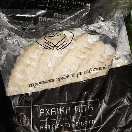 Diese Pitabrote gibt es zwar nur in der Region Achaia (Peloponnes), doch sie sind mittlerweile auch ähnlich von anderen Herstellern zu bekommen. Das tolle: sie wurden per Hand hergestellt und nicht maschinell!