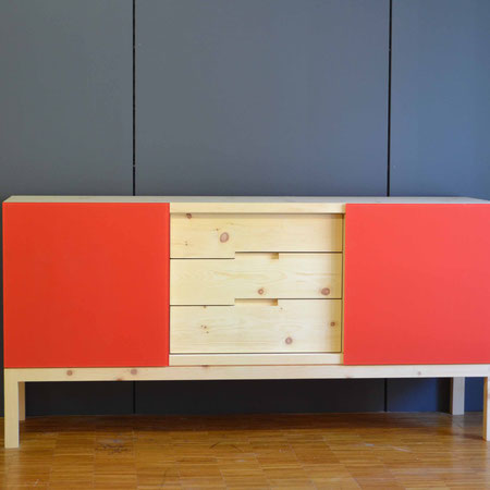 Sideboard Arve mit farbigen Glasschiebetüren, Griffe Schubladen eingefräst, schlicht und zeitlos