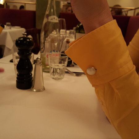 Silber Manschettenknöpfe für Frauen an einer gelben Bluse