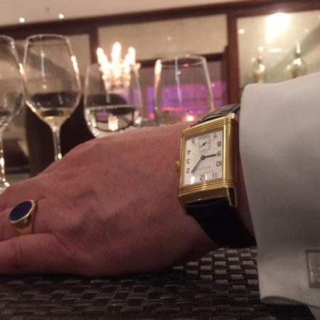 Goldene Uhr mit Silber Manschettenknöpfen