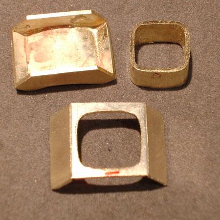 Einzelne Rohteile aus Gold zur Herstellung von personalisierten Manschettenknöpfen