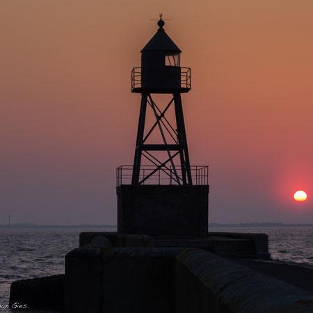 Sonnenaufgang am Molenfeuer in Wilhelmshaven am Jadebusen