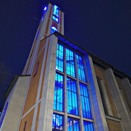 Der beleuchtete Kirchturm während der FreiRaum-Aktion