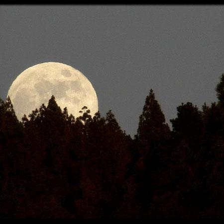 Sale la Luna sobre el volcán de La Palma, 2010
