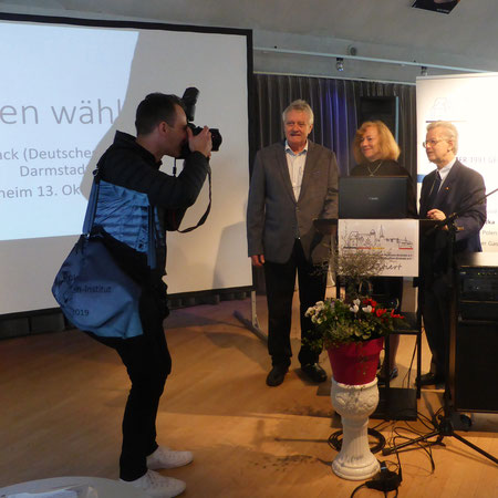 Referent M. Mack mit den Vorsitzenden, G. Wisniewski und W. Philipp beim Pressefoto von S. Seibel (PZ)