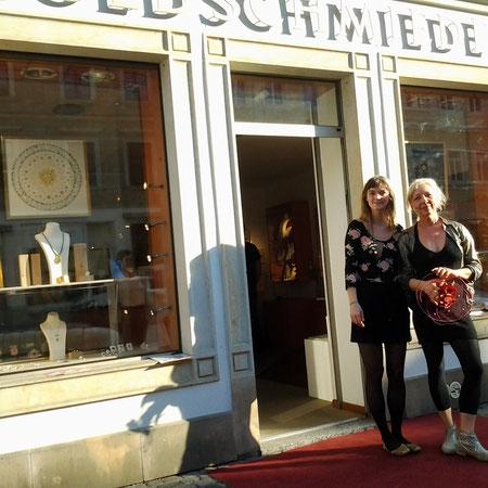 Goldschmiedin Anna-Maria Schelle mit Künstlerin Tina Altus