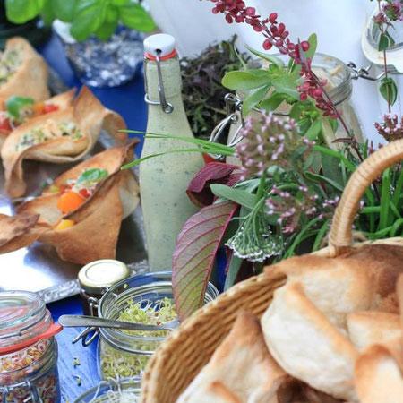 Vegane Gipsy Ships Salate in essbaren Schüßeln
