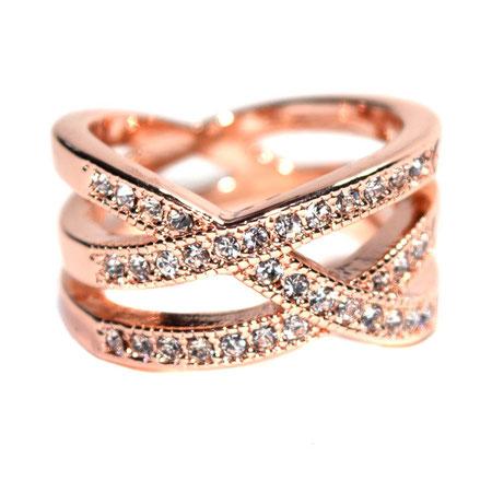 Ein toller Ring mit vielen schönen Modeschmuck-Steinchen verziert, rosegoldfarben.