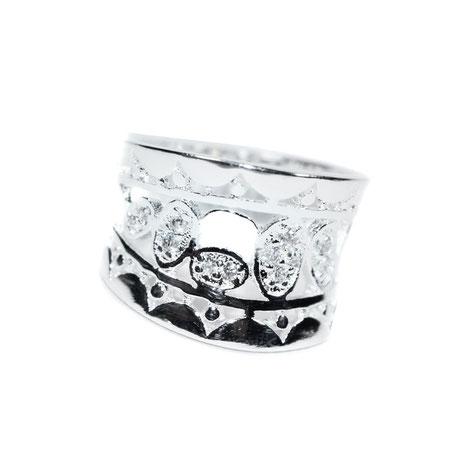 Ein wunderschöner, breiter Ring mit Modeschmuck-Steinen.