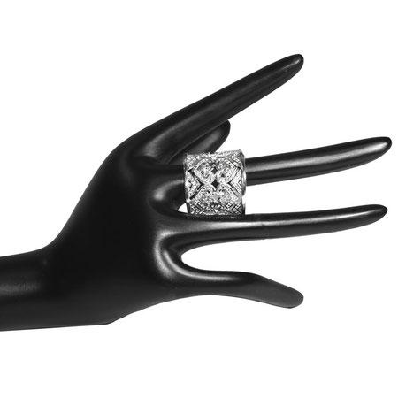 Ein toller Ring mit vielen schönen Modeschmuck-Steinchen verziert, 925 Sterling Silber.