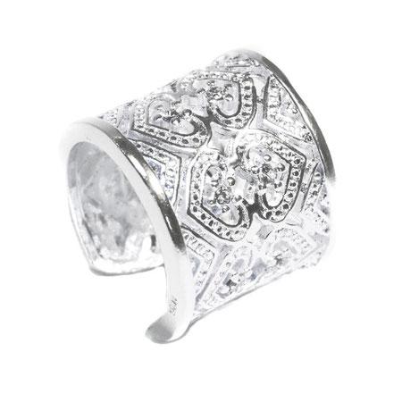 Ein toller Ring mit vielen schönen Modeschmuck-Steinchen verziert