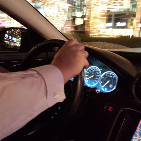 Luxus Manschettenknöpfe in einem Jaguar XJ