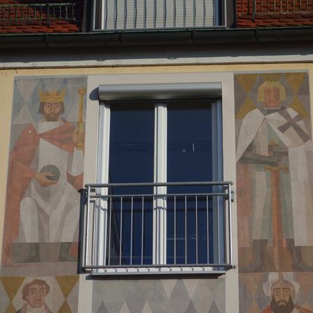 Figuren der Stadtgeschichte an einer Hausfassade am Stadtplatz Ecke Bauerntanzgasse, rechts ein Deutschordens-Ritter
