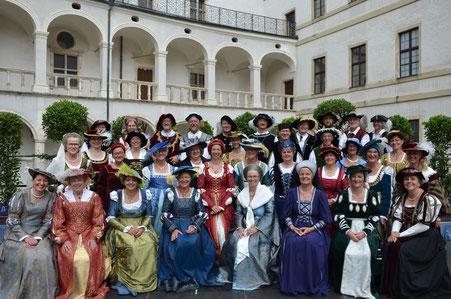 Der Madrigalchor vor der beeindruckenden Kulisse des Neuburger Schlosses